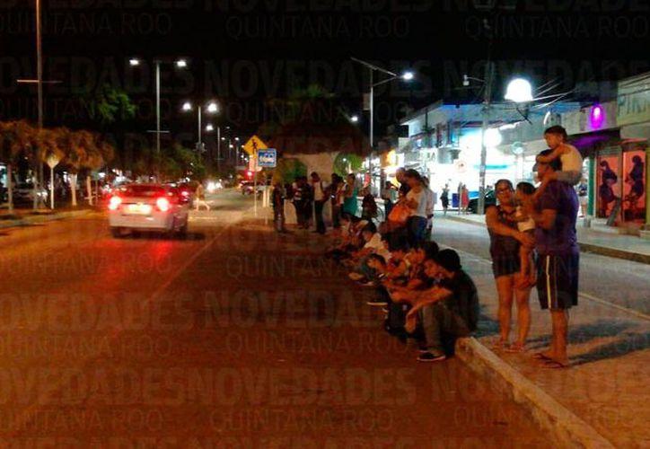 Trabajadores y turistas esperan transporte para regresar a sus hogares o a suS lugares de hospedaje en Playa del Carmen y Cancún. (SIPSE)