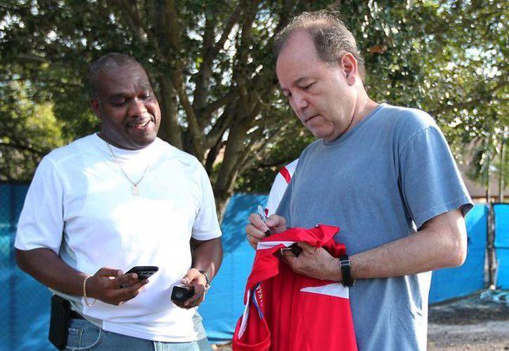 Rubén Blades repartió varios autógrafos entre los seleccionados panameños. (Agencias)