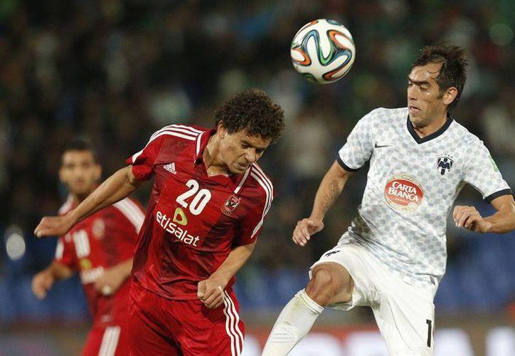El Monterrey propinó una goleada de 5-1 al Al Ahly, de Egipto, y se quedó con el quinto sitio del Mundial de Clubes. En la imagen, Chelito Delgado pelea el balón con Saadeldin Saad. (Agencias)