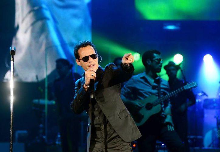 El cantante mantuvo contacto con su público con toda su energía durante el show. (Luis Pérez/SIPSE)