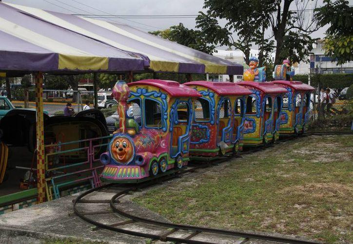 La pequeña feria está instalada a la altura de la avenida Chichén Itzá y Tulum. (Tomás Álvarez/SIPSE)