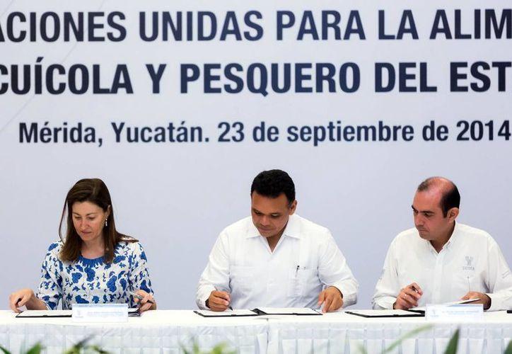 Imagen de la firma del acuerdo del Gobierno estatal con la FAO quienes buscarán la seguridad alimentaria en las zonas costeras. (Milenio Novedades)