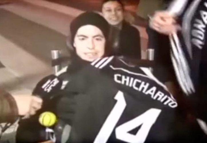 El joven parapléjico Fran se llevó las camisetas de sus ídolos en el Real Madrid: Cristiano y Chicharito. (Captura de pantalla/YouTube-redfutbol 2015)