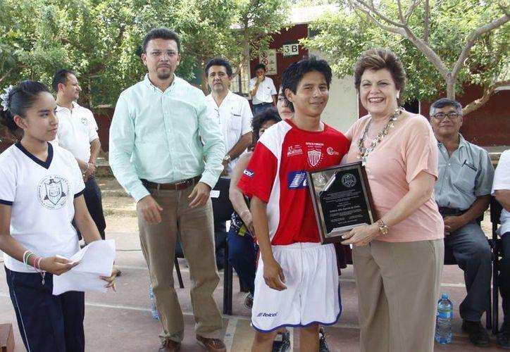 Durante la inauguración del domo, la señora Alis García Gamboa de Ortiz recibió un reconocimiento por parte de la escuela. (Christian Ayala/SIPSE)