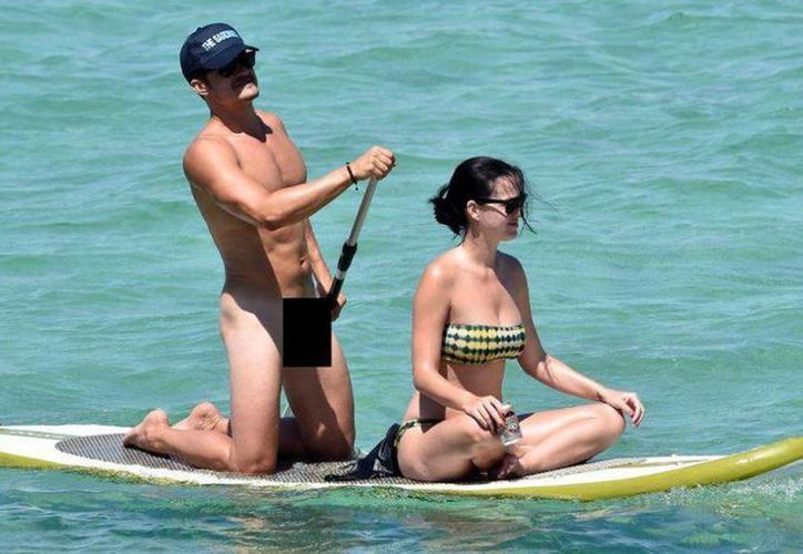 El actor Orlando Bloom rema mientras la cantante disfruta la vista en Italia. (New York Daily News)