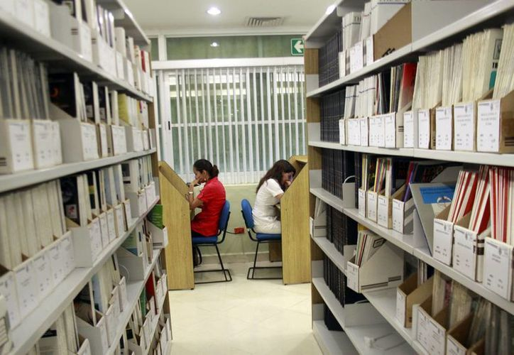 Algunos de los nuevos autores prefieren publicar sus obras en internet. (Christian Ayala/SIPSE)