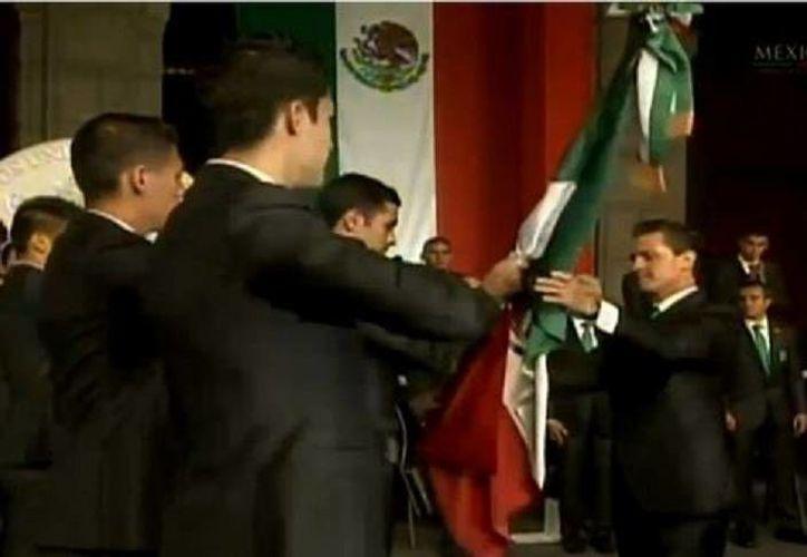 El capitán Rafael Márquez recibió el lábaro patrio de manos del presidente Enrique Peña Nieto en Palacio Nacional. (Milenio)
