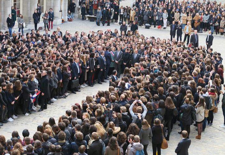 Francia guardó el lunes 16 de noviembre de 2015 un emotivo minuto de silencio en memoria de las víctimas de los sangrientos atentados del viernes pasado en París. (Notimex)
