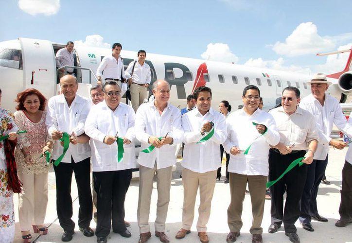Imagen del momento en que empresarios y funcionarios inauguraron la nueva ruta aérea. (Jorge Acosta/SIPSE)