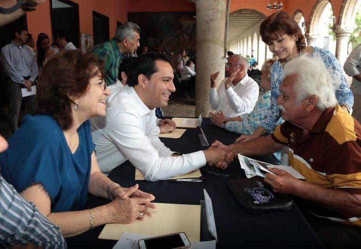 El señor José Edmundo Cetina agradeció al Alcalde la ayuda recibida de una silla de ruedas. (Milenio Novedades)