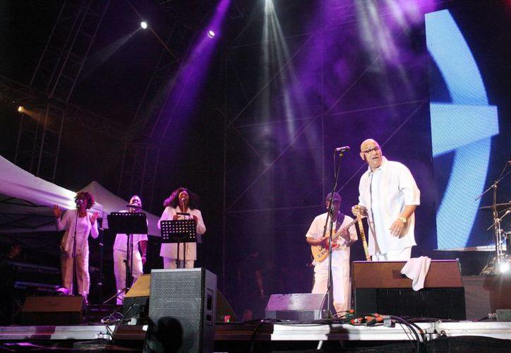 Phil Perry cautivó a los 2 mil asistentes que se dieron cita en Playa Mamitas durante la segunda noche del Jazz Festival Riviera Maya. (Luis Ballesteros/SIPSE)