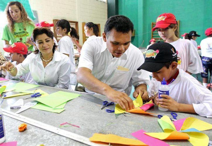 El gobernador Rolando Zapata Bello, acompañado por su esposa, Sarita Blancarte, en un actividad que realizó ayer. (SIPSE)