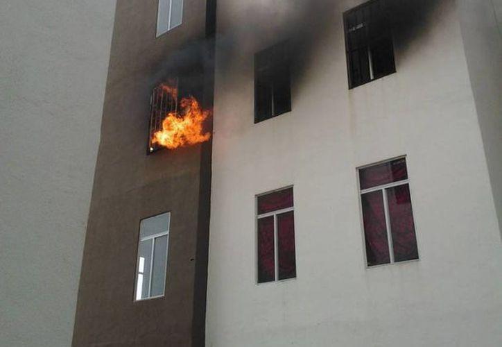 Bomberos llegaron al lugar para sofocar el incendio. (Redacción/SIPSE)