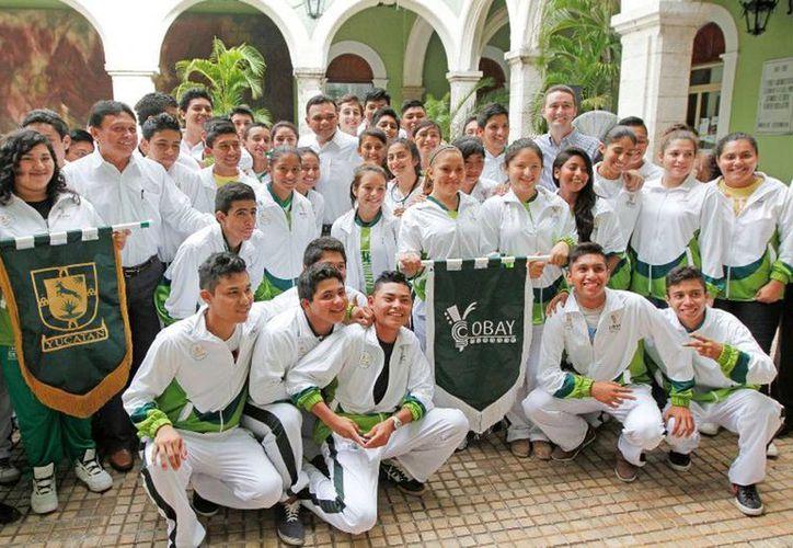 El Gobernador abanderó a la delegación yucateca que participará en los XIV Juegos Deportivos Nacionales de Educación Media Superior que se realizarán en Colima. (Cortesía)
