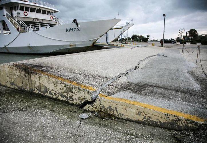 Más que evidentes, las huellas del temblor de 5.8 grados Richter en una isla de Cefalonia que ayer sacudió Grecia. (Agencias)
