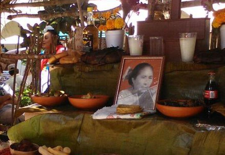 Iglesia ve con buenos ojos la tradición de recordar a los difuntos. Imagen de un altar del Hanal Pixán, una de las tradiciones más arraigadas del pueblo yucateco. (SIPSE)
