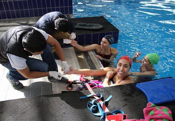Las nadadoras Nuria Diosdado, KaremAchach y Joana Jiménez partirán junto con la entrenadora nacional Adriana Loftus este domingo rumbo a Bonn, Alemania, para disputar su primera competencia de cara a la clasificación olímpica. (Sipse.com)