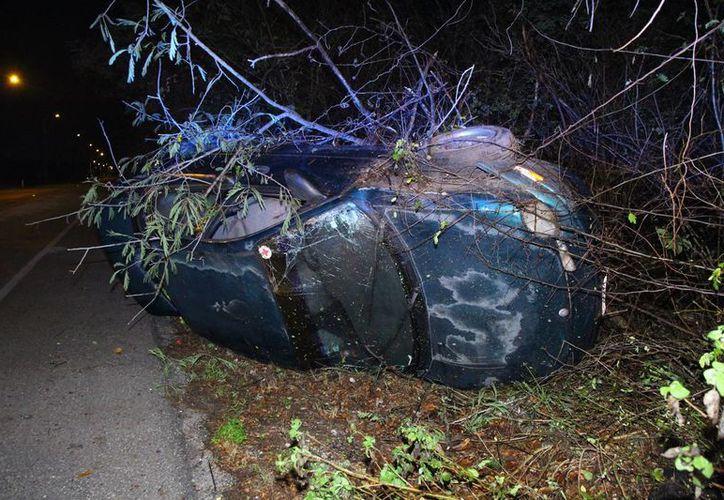 Un Dodge Neón terminó volcado en el tramo Tahdzibichén-Xmatkuil. El conductor perdió el control del vehículo. (Martín González)