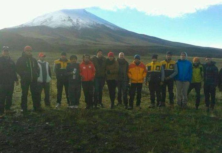 Imagen de los turistas venezolanos que fueron rescatados en el volcán nevado Cotopaxi de Ecuador. (Twitter: José Serrano Salgado @ppsesa)