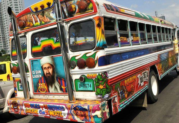 """Autobús de transporte colectivo """"Diablo Rojo"""" en una avenida de Ciudad de Panamá. (EFE)"""