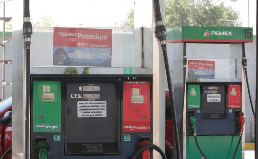 Continuará el alza paulatina al precio de los combustibles. (Archivo/Notimex)