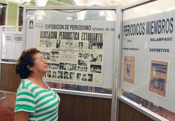 """La biblioteca """"Manuel Cepeda Peraza"""" expone periódicos estudiantiles. (Wilberth Argüelles/SIPSE)"""
