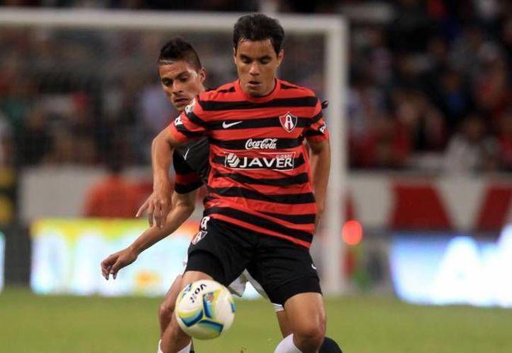 Bravo es el segundo máximo goleador en la historia de las Chivas. En la foto, con el uniforme del Atlas. (SIPSE Archivo)
