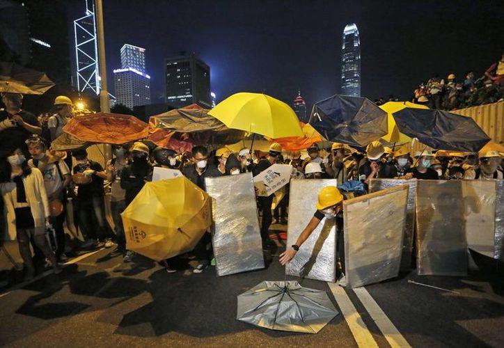La policía advirtió a los manifestantes que no permitirá que rodeen la sede del gobierno de Hong Kong. (AP)