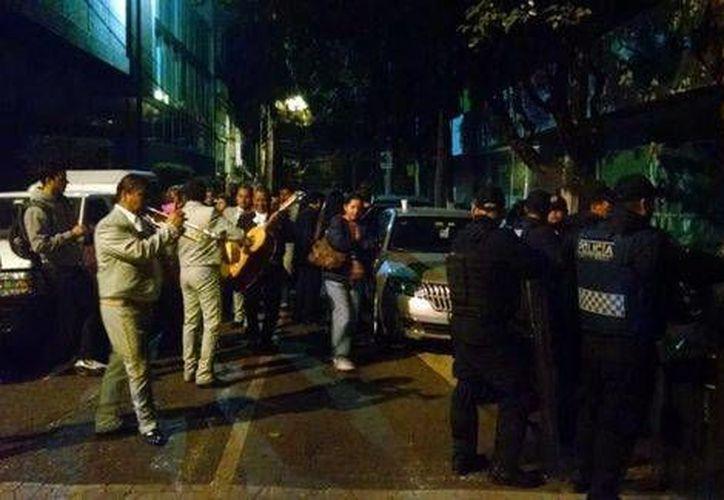Los mariachis afuera de la Condusef, donde ayer se cometieron destrozos tras el fraude de Ficrea. (Milenio)