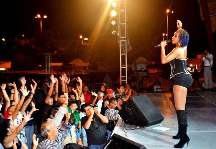"""""""La reina del soca"""", como es llamada en el mundo Alison Hinds, de la isla de Barbados, hizo bailar a la multitud. (Cortesía/SIPSE)"""