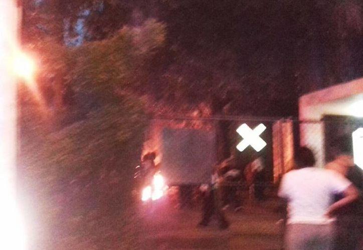 Fotografía del momento del incendio en el área de taller del Parque Zoológico del Centenario. (@SIPSENOTICIAS)