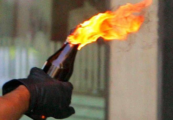 La bomba <i>molotov</i> cayó en las proximidades de una caseta de inspección cerca de cuatro agentes de aduanas y conductores. (Archivo SIPSE)