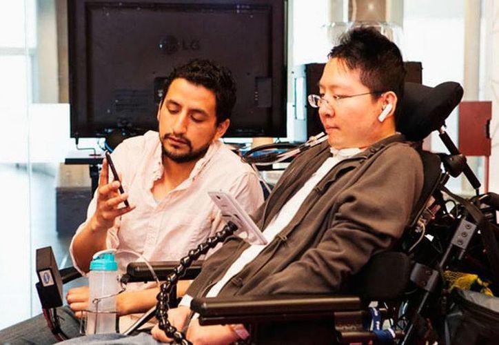 Jorge Silva (izq.) facilitó el acceso a la tecnología de las personas con parálisis cerebral, lo que le valió un premio internacional. (Notimex)