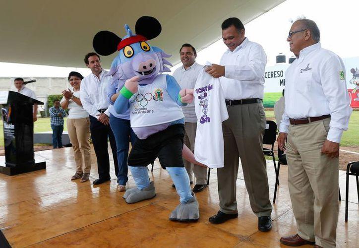 El gobernador y otras autoridades se encargaron de dar por inaugurada la competencia en el Cereso.(Milenio Novedades)