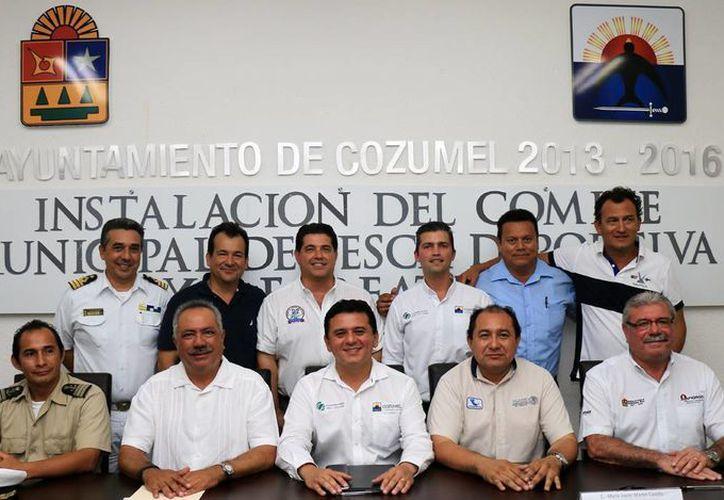 Autoridades municipales tomaron protesta a los integrantes del Comité de Pesca Deportiva y Recreativa.  (Redacción/SIPSE)