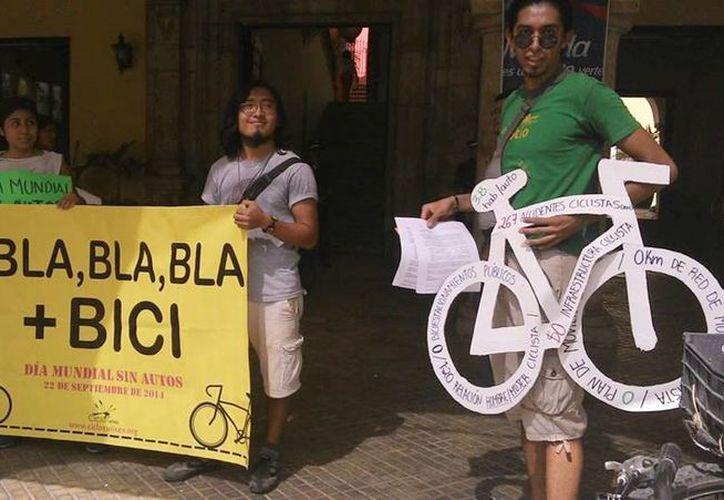 Bicicletas de cartón se colocaron en los edificios oficiales de Mérida, para presentar datos como la elevada tasa de motorización en la ciudad, los 267 accidentes de ciclistas, el nulo plan, red de movilidad e infraestructura ciclista. (Milenio Novedades)