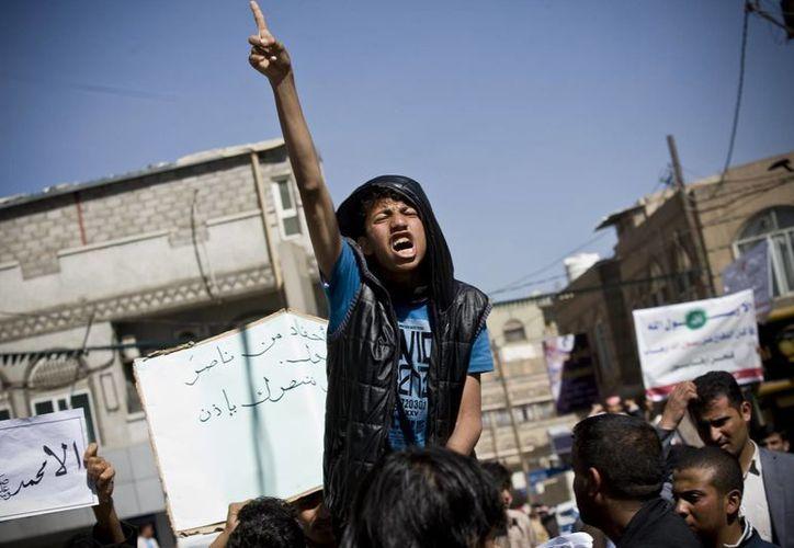 Un joven yemení corea ante la embajada francesa en Saná, Yemen. lemas durante una protesta contra las caricaturas publicadas en la revista francesa Charlie Hebdo. (Foto:AP)