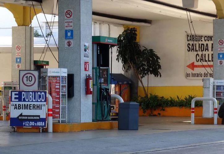 Los establecimientos de gasolina han tenido una afluencia normal, a pesar del incremento de los precios.(Foto: Christian Coquet/SIPSE)