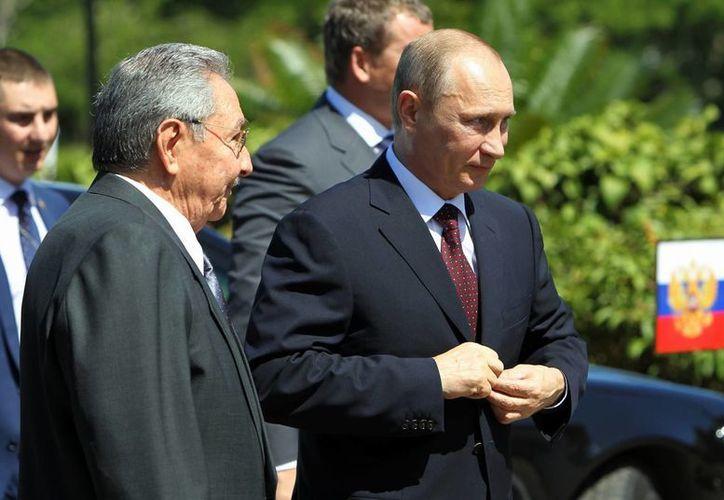 El presidente de Rusia, Vladímir Putin y su homólogo cubano, Raúl Castro, participan en una ceremonia en homenaje a combatientes, en La Habana, Cuba. (EFE)
