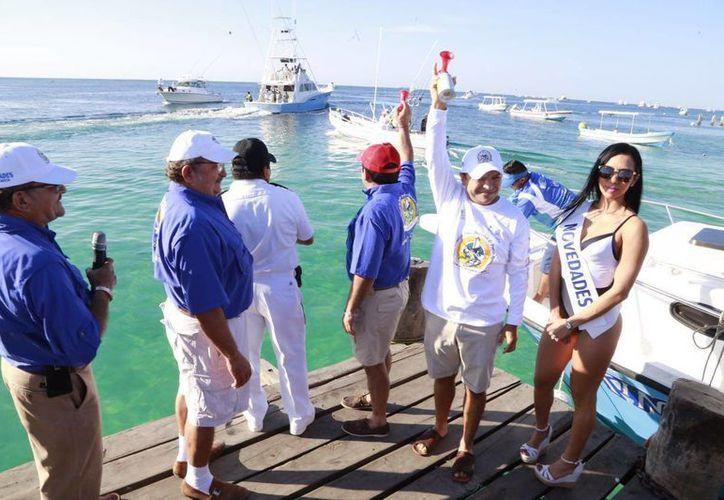 Las embarcaciones zarparon del muelle en busca del pez 'más grande y pesado'. (Luis Soto/SIPSE)
