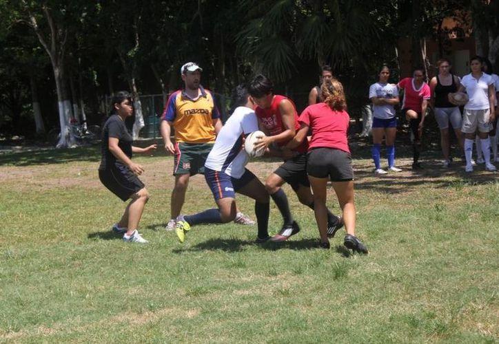 La escuela Pez León de Puerto Morelos recibe nuevas técnicas de rugby. (Raúl Caballero/SIPSE)