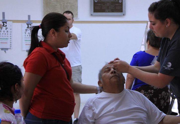 Explican que mantener los ojos humectados ayuda a proteger la vista. (Milenio Novedades)