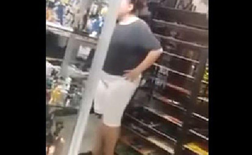 La mujer pedía que le cambiaran una figura de acción que había comprado días antes. (Foto: YouTube)