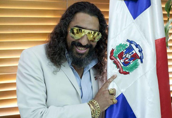 El cantante español Diego el Cigala posa junto a la bandera nacional, tras recibir la nacionalidad dominicana, en una ceremonia realizada en el Ministerio del Interior, en Santo Domingo, República Dominicana. (EFE)
