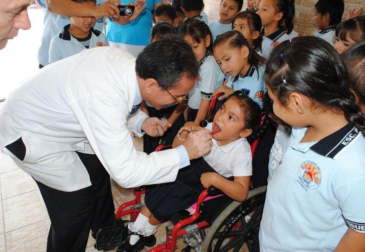 En el acto inaugural las autoridades llevaron al cabo aplicaciones de flúor a los alumnos de primer grado de primarias y les obsequiaron un cepillado dental. (Redacción/SIPSE)