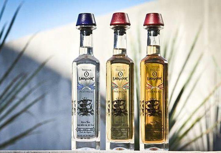 El decomiso incluyó 34 mil 676.7 litros de producto terminado en cajas y etiquetado principalmente de las marcas El Embajador y El General. (Foto de contexto: www.embajadortequila.com)