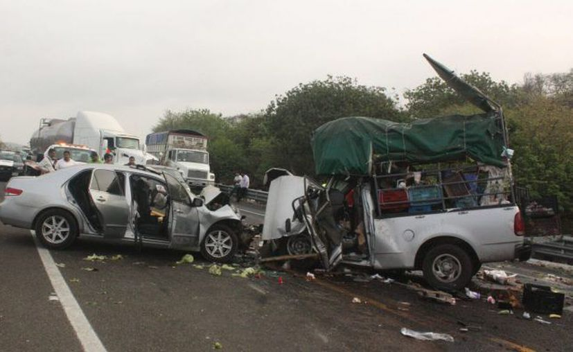 El conductor perdió el control del volante e invadió el carril contrario. (López Doriga)