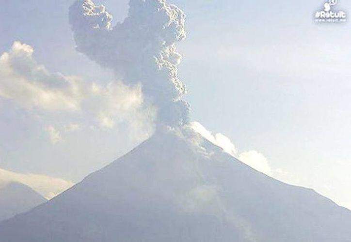 El volcán de Colima registró una exhalación de dos kilómetros de altura a las 9:49 horas. (@webcamsdemexico)