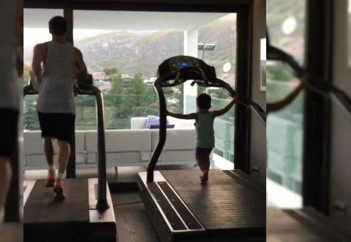 Lionel Messi y Thiago, juntos en un día de entrenamiento. (Captura de pantalla tomada de infonews.com)
