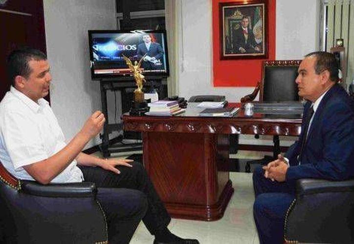 El procurador de Michoacán, José Martín Godoy Castro, dialogó con Guillermo Valencia luego del intento de agresión en su contra. (Foto: cortesía de PGJ de Michoacán)